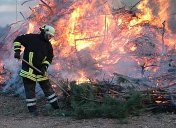 gegen 19 Uhr werden die Feuer entzündet - Foto: JPH