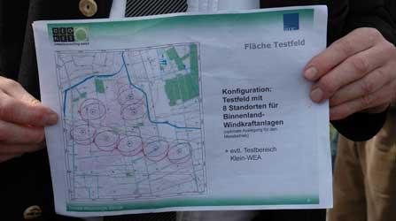 Am Leierberg wies Konrad Haarstrich in das mögliche Testfeld mittels Karte ein - Foto: JPH