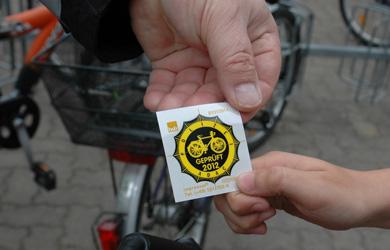 Die Plakette bestätigt, dass das Rad verkehrssicher ist - Foto: JPH/Archiv
