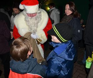 Der Weihnachtsmann hat sich für 16 Uhr angekündigt - Foto: JPH