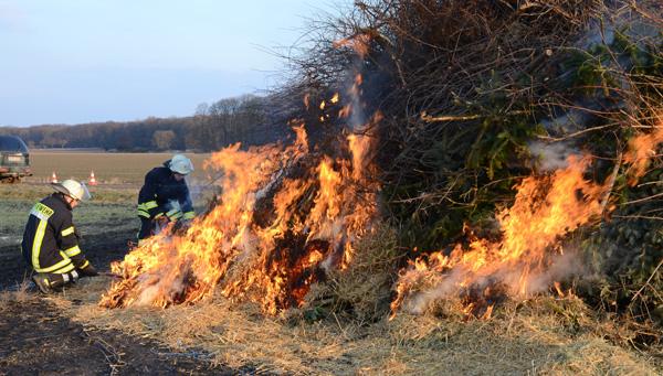 Traditionsgemäß wurde das Bilmer Osterfeuer wieder am Ostersonnabend am Feuerplatz zwischen Bilm und Wassel entzündet - Foto: JPH/Archiv