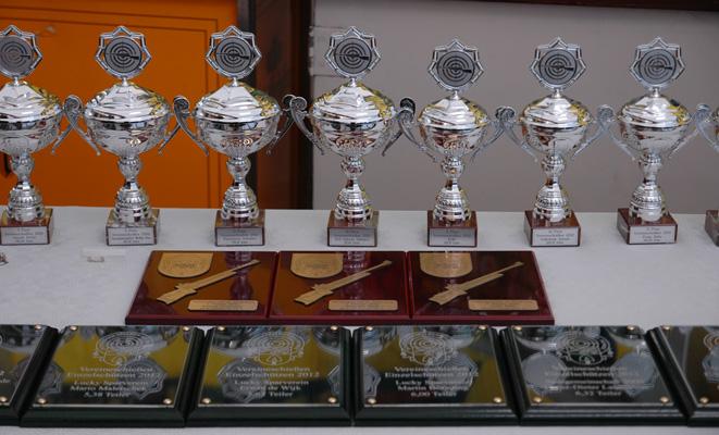 Viele Pokale und Ehrungen warten wieder auf die Sieger - Foto: JPH