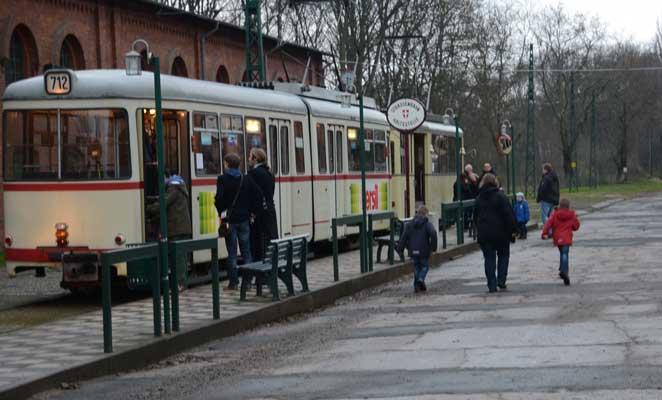 Für die Besuchergruppe geht es mit einer historischen Bahn auf die Strecke - Foto: JPH