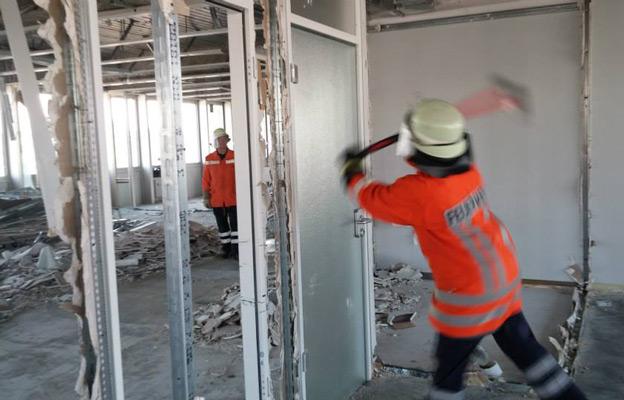 Im Abrissgebäude konnte die Türöffnung mit dem Halligontool geübt werden - Foto: Benedikt Nolle