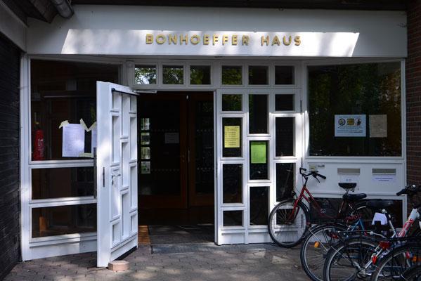 Die neuen Räume im Bonhoefferhaus besichtigen am Tag der offenen Tür - Foto: JPH