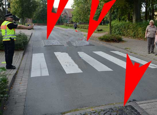 """Die """"Berliner Kissen"""" (rote Pfeile) sollen an dieser Stelle den Fußgängerüberweg sicherer machen - Foto: JPH/Archiv"""