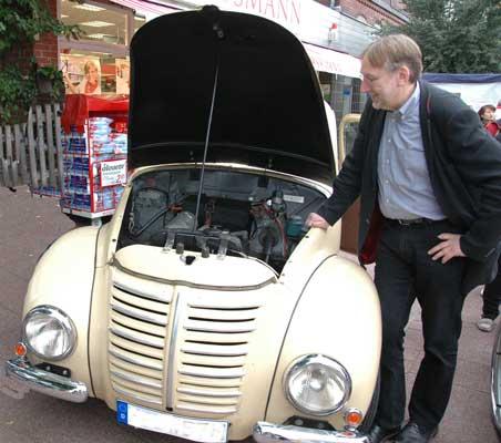 Bernd Lange, MdEP, kommt mit seinem Hanomag nach rethmar - Foto: JPH/Archiv
