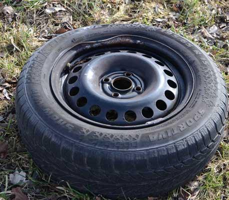 Die Situation lässt nicht auf einen fehlgeschlagenen Reifenwechsel schließen - Foto: JPH
