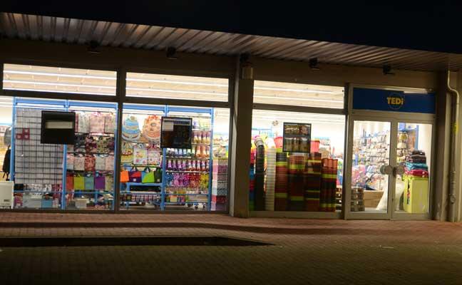 Waren und Paletten stehen noch im Geschäft - bis Donnerstag ist dann alles in den Regalen - Foto: JPH