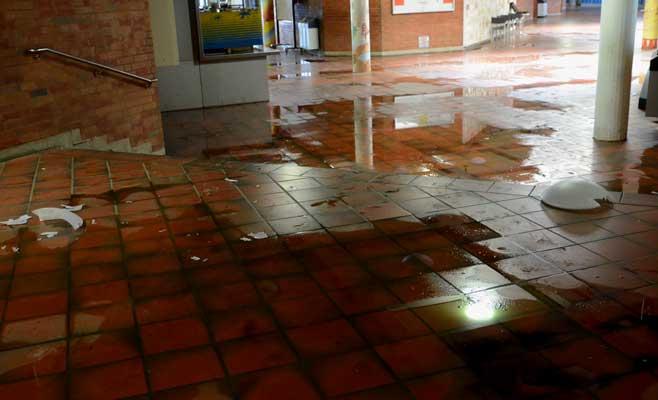 Selbst im Erdgeschoss in der Schulstraße sind die Schäden deutlich - Foto: JPH