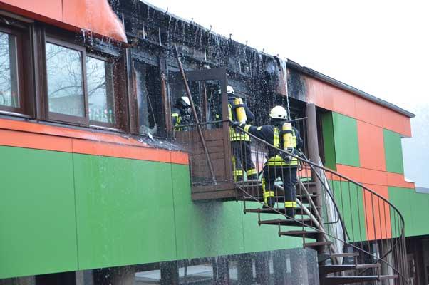 In dem Raum im ersten Stock war das Feuer ausgebrochen. Der schien von außen zunächst gelöscht - Foto: JPH