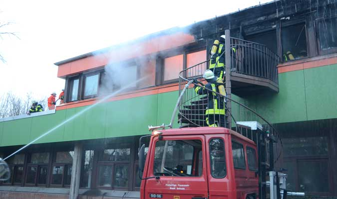Über das Flachdach geriet dann der Nachbarraum links  ebenfalls in Brand - Foto: JPH
