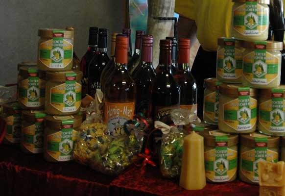 Ohne Bienen gäbe es keine Früchte und Honigprodukte - Foto: JPH