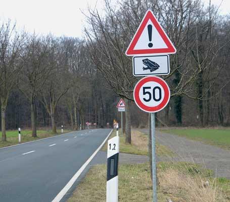 Jeder kann durch Beachten dieser Schilder zum Erhalt der Kröten beitragen - Foto: JPH