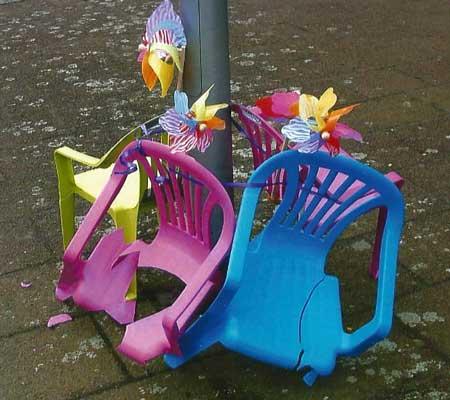 Mutwillig sinnlos zerstört laden die Stühle die Kinder nicht mehr zum Sitzen und Spielen ein - Foto: M. Hoppe