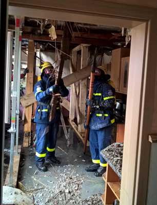 Die Kräfte des THW mussten im Gebäude teilweise unter Atemschutz vorgehen - Foto: THW