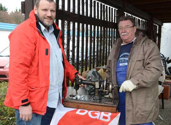 Carsten Börner (li.) und Johannes Gudima zeigen eine prächtige Ledernähmaschine, die gespendet wurde - Foto: JPH