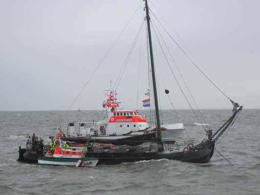 Wassereinbruch auf einem niederländischen Plattbodenschiff: Seenotkreuzer Hermann Rudolf Meyer und  Tochterboot Christian am Havaristen – Foto: DGzRS