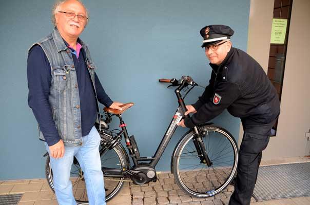 POK Stefan Flohr (re.) kennzeichnet das Rad von Roland Winkler - Foto: JPH