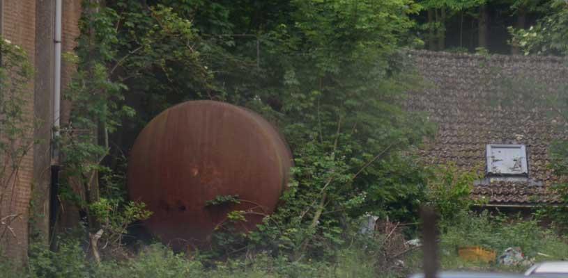 Der Tank muss fachgerecht entsorgt werden und das Erdreich wird abgetragen - Foto: JPH