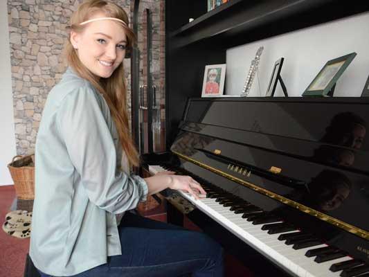 Hier am Klavier komponiert Laura Diederich ihre Songs je nach Stimmung. Hier ist auch ihr erstes Album entstanden - Foto: JPH