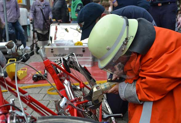 Spannend war die Arbeit beim Zerschneiden eines Fahrrades für die jüngeren Besucher - Foto: S. Keil