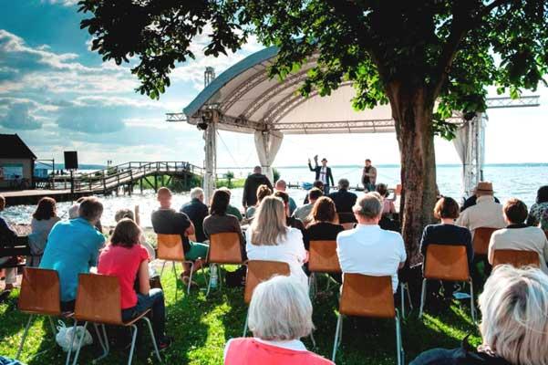 Zum Poetry Slam geht es zur Waldbühne am Steunhuder Meer - Foto: Region Hannover