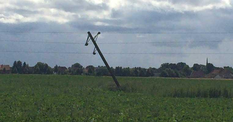 Die umgeknickten Masten der Stromleitung mit 20 kV bei Köthenwald - Foto: Stadtfeuerwehr Sehnde
