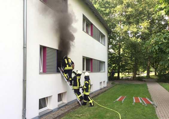 Von außen ging der Löschtrupp in das Zimmer gegen die Flammen vor - Foto: Stadtfeuerwehr Sehnde