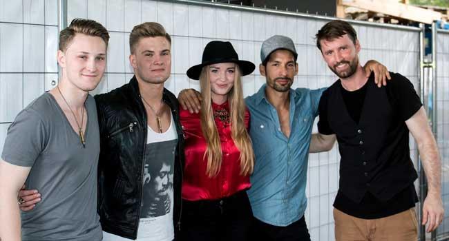 Die Band mit Laura Diederich in der Mitte vor dem Auftritt - Foto: LAK