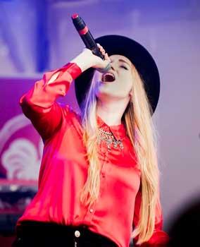 """Zum Abschluß sang Laura Diederich ihren selbstgeschriebenen Top-Song """"One"""" - Foto: LAK"""