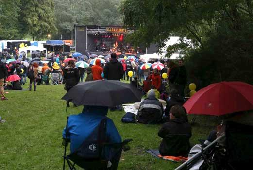 """Vollkommen normal und fast schon """"Status"""" sind die Regenschirme beim """"Blues in Lehrte"""" – Foto: LAK"""