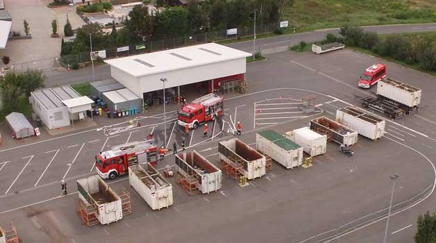 Unter dem Dach des Recyclinghofes hatte sich der Schwelbrand entwickelt - Foto: Lakepix/Sehnde