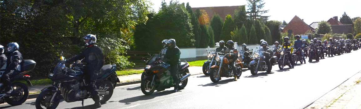 Etwa 200 Biker waren dann mit Motorrad, Roller oder Trike bei der Ausfahrt dabei - Foto: JPH