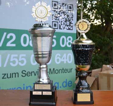 Der neue Cup (li.) und der alte Cup waren als Anreiz sichtbar auf der Anlage - foto: JPH