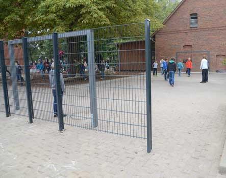 Der Bolzplatz ist ein Hit, abgeteilt mit einem Drahtzaun zum übrigen Spielbereich - Foto: JPH