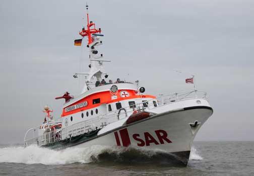 Der Seenotrettungskreuzer VORMANN STEFFENS/Station Hooksiel ging bei stürmischen Winden an einem Containerfrachter längsseits, um einen verletzten Seemann abzubergen – Foto: Archivbild/DGzRS