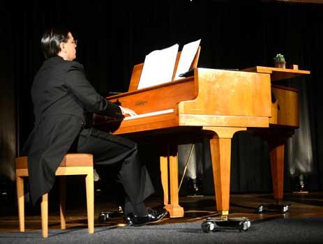 Achim Falkenhausen verkörperte Erwin Bootz, den Pianisten der Gruppe und stellte sie übrigen Mitglieder vor - Foto: JPH