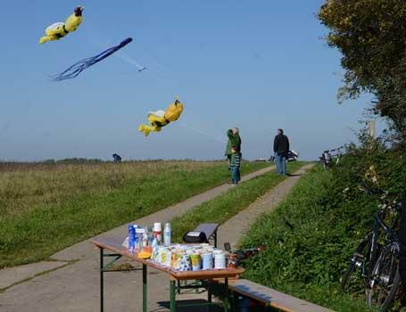 Mit Kaffee und Kuchen wurden die Drachenflieger bewirtet - Foto: JPH