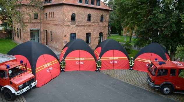 In nur fünf Minute standen alle vier Zelte einsatzbereit vor dem Haus - Foto: JPH