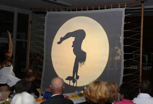Scherenschnittgleich begann das akrobatische Turnen - Foto: LAK