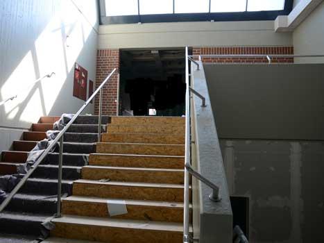 Treppenhäuser und Fluchtwege sind modern angelegt, die fenster erneuert - Foto: JPH