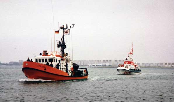 Die STOLTERA (l.) des staatlichen Seenotrettungsdienstes der DDR und die G. KUCHENBECKER der DGzRS 1990 bei einem ersten Treffen - Foto: DGzRS–Die Seenotretter