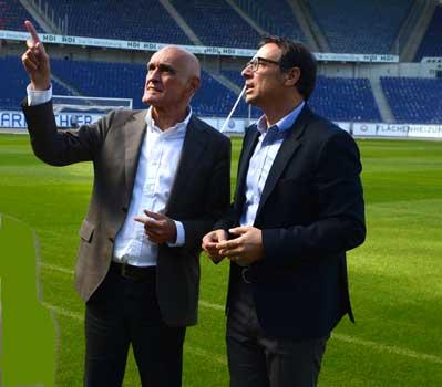 Martin Kind erklärt Martin Bader (re.) Details zur HDI Arena - Foto: JPH
