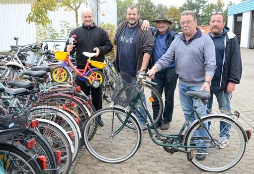 Peter Breit, Karsten Börner, Werner Höft und Johannes Gudima (v.li.) haben gerade von Jürgen Mitrenga aus Sehnde ein weiteres Fahrrad angenommen - Foto: JPH