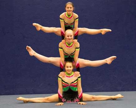 Nina, Emilia und Lina unterstützen sich gegenseitig beim Training – Foto: LAK