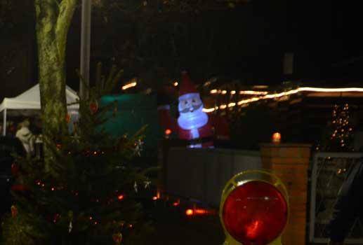 Noch will sich der Nikolaus nicht so recht zeigen, aber beim Weihnachtsmarkt ist er dabei - Foto: JPH