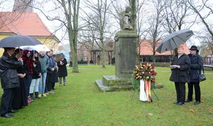 Ortsbürgermeisterin Regine Höft (2.v.re.) hält die Ansprache bei der Kranzniederlegung an der Kreuzkirche - Foto. JPH