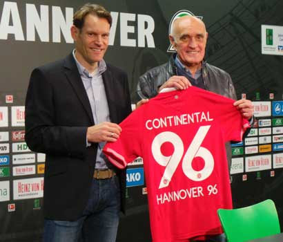 Nicolai Setzer (li.) freut sich über die Fortsezung der Partnerschaft mit Hannover 96 ebenso, wie Martin Kind, Präsident von 96 (re.) - Foto: JPH
