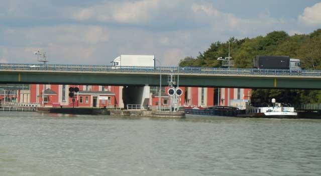 Die Brücke der B 65 über die Schleuse ist ab 28. Januar für über 12 Tonnen gesperrt. - Foto: JPH